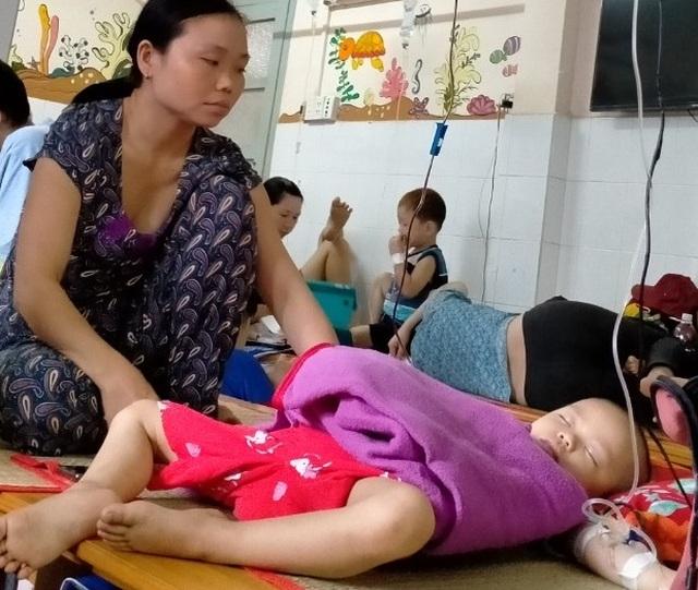 Xót xa cảnh người mẹ nghẹn ngào chăm hai con bệnh hiểm - 6