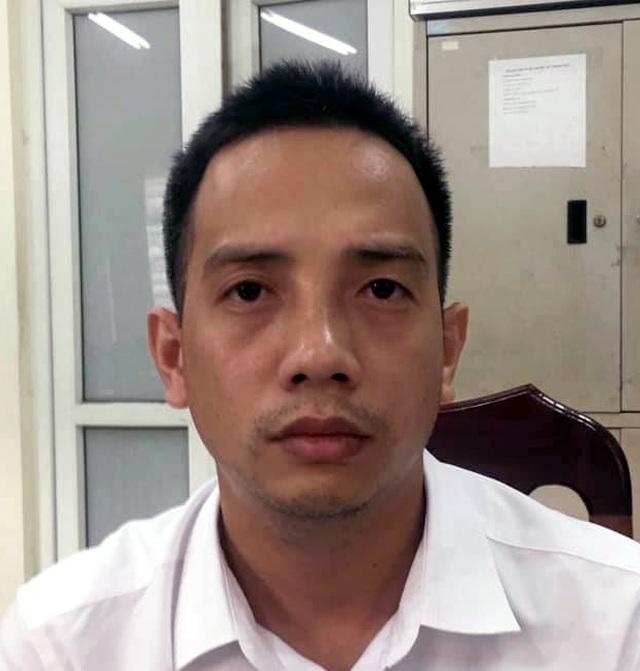Hà Nội: Tài xế tấn công cảnh sát giao thông khi bị dừng xe vì vượt đèn đỏ - 1