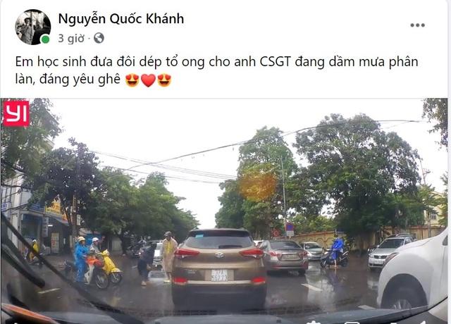 CSGT bất ngờ được tặng dép khi chân không đứng phân làn đường giữa trời mưa - 2