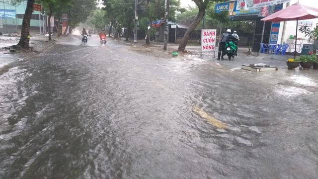 Đà Nẵng mưa và sấm liên hồi, nhiều tuyến đường bị ngập - 2