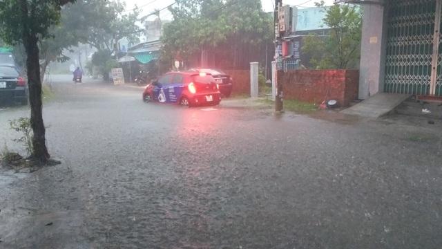 Đà Nẵng mưa và sấm liên hồi, nhiều tuyến đường bị ngập - 1