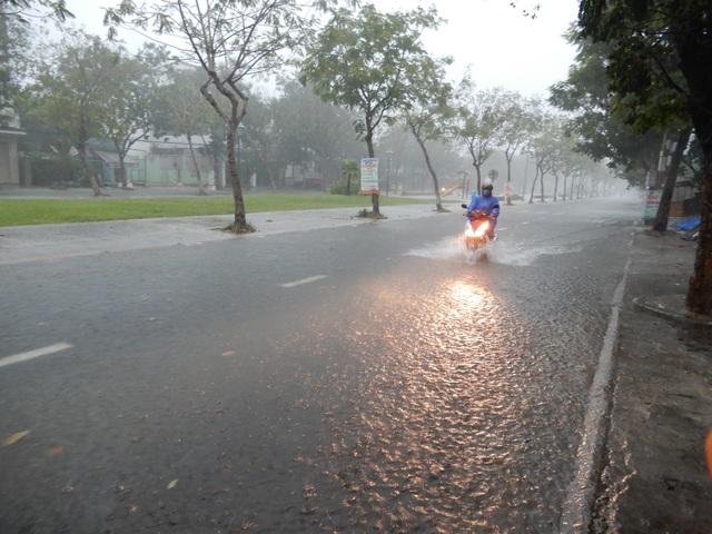 Đà Nẵng mưa và sấm liên hồi, nhiều tuyến đường bị ngập - 3