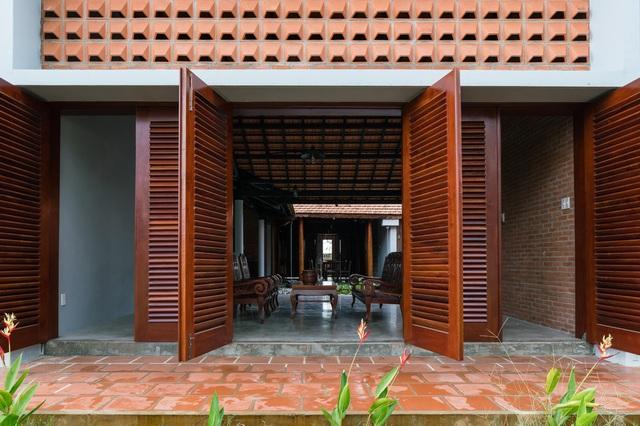 Nhà gỗ truyền thống như biệt phủ xưa của gia đình 3 thế hệ ở Nam Bộ - 2