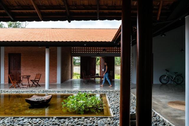 Nhà gỗ truyền thống như biệt phủ xưa của gia đình 3 thế hệ ở Nam Bộ - 3
