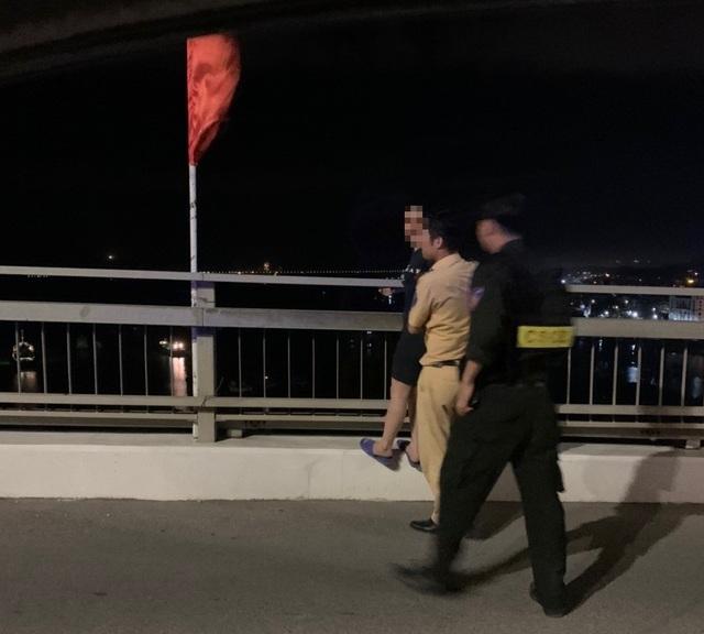 Kịp thời cứu mộtphụ nữ định nhảy cầu Bãi Cháy tự tử trong đêm - 1