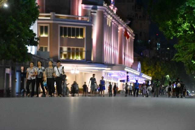 Người dân đổ về hồ Gươm trong ngày phố đi bộ mở trở lại - 4