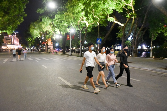 Người dân đổ về hồ Gươm trong ngày phố đi bộ mở trở lại - 3