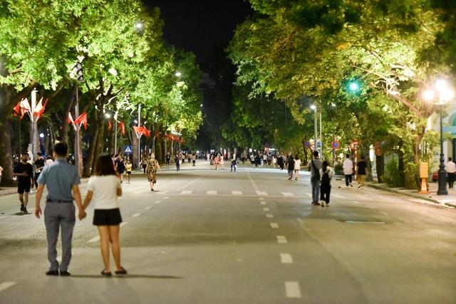 Người dân đổ về hồ Gươm trong ngày phố đi bộ mở trở lại - 2