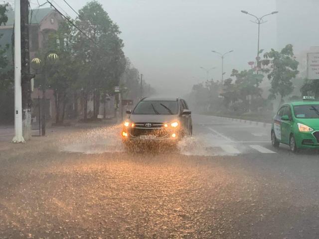 Hà Tĩnh mưa trắng trời, nhiều tuyến đường chìm trong biển nước - 5