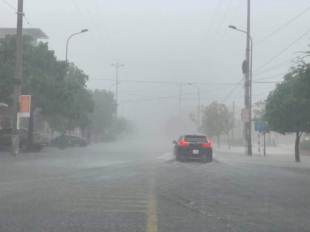 Hà Tĩnh mưa trắng trời, nhiều tuyến đường chìm trong biển nước - 3