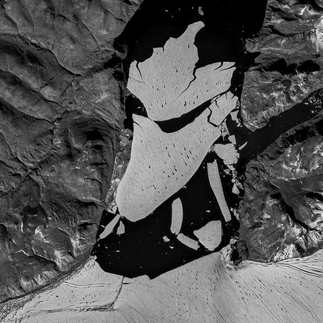 Tảng băng khổng lồ ở Bắc Cực bị tách ra - 1
