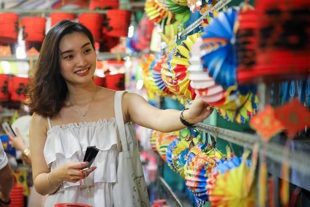 Giới trẻ lên đồ đi check-in phố lồng đèn Sài Gòn - 6