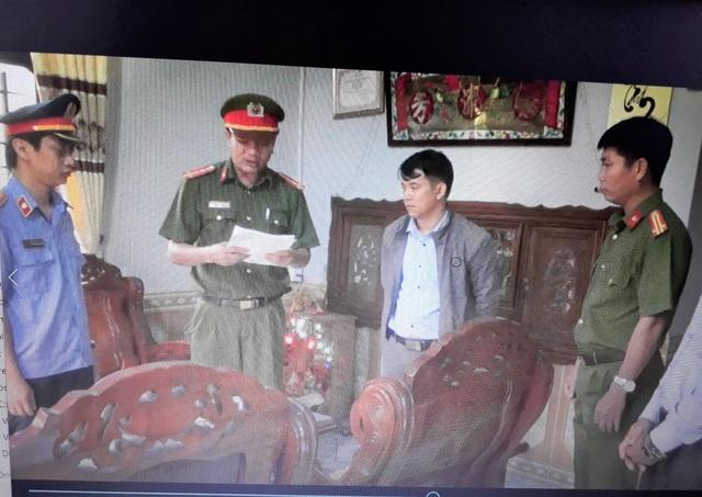 Nhân viên quỹ đất huyện bị bắt vì nhận tiền đền bù của người dân - 2
