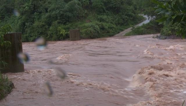 Mưa lớn sau bão số 5 khiến hơn 3.000 người ở Quảng Bình bị chia cắt - 2