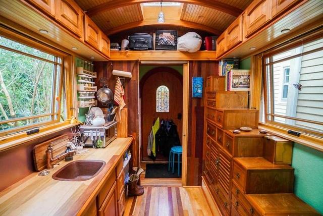 Cuộc sống tiện nghi bất ngờ bên trong ngôi nhà tí hon chỉ rộng 9 m2 - 4