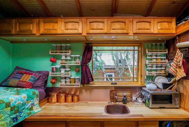 Cuộc sống tiện nghi bất ngờ bên trong ngôi nhà tí hon chỉ rộng 9 m2 - 7