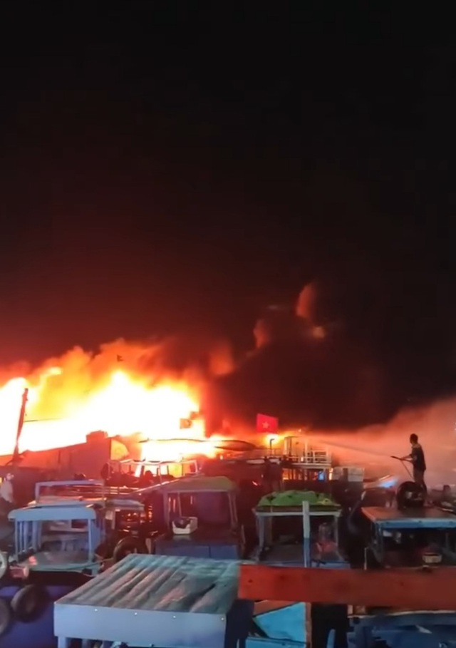 Cháy 2 tàu cá ở Khánh Hòa, thiệt hại hơn chục tỷ đồng - 1