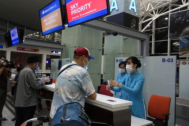 Chuyến bay đầu tiên khai thác thương mại quốc tế sau 6 tháng tạm dừng - 7