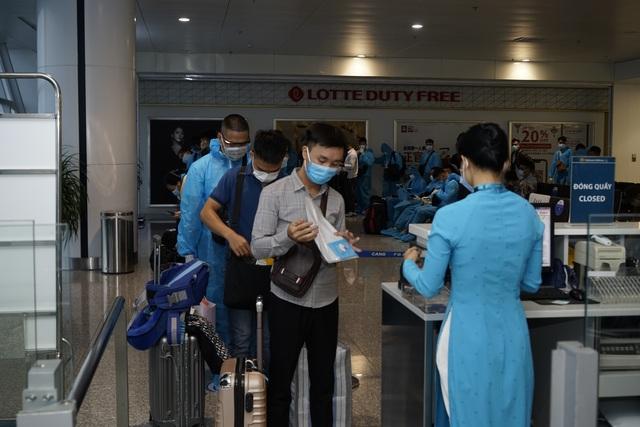 Chuyến bay đầu tiên khai thác thương mại quốc tế sau 6 tháng tạm dừng - 10