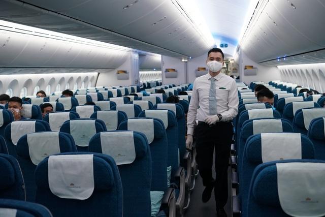 Chuyến bay đầu tiên khai thác thương mại quốc tế sau 6 tháng tạm dừng - 14