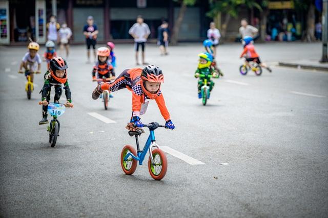 Các cua rơ 3 - 5 tuổi trình diễn điêu luyện trên xe thăng bằng - 1
