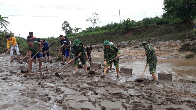 Quảng Trị:  Thanh niên Biên phòng giúp dân khắc phục hậu quả sau bão - 2