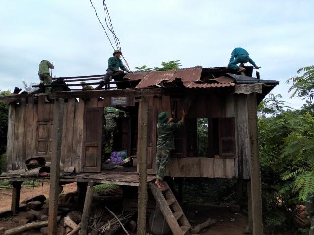 Quảng Trị:  Thanh niên Biên phòng giúp dân khắc phục hậu quả sau bão - 3