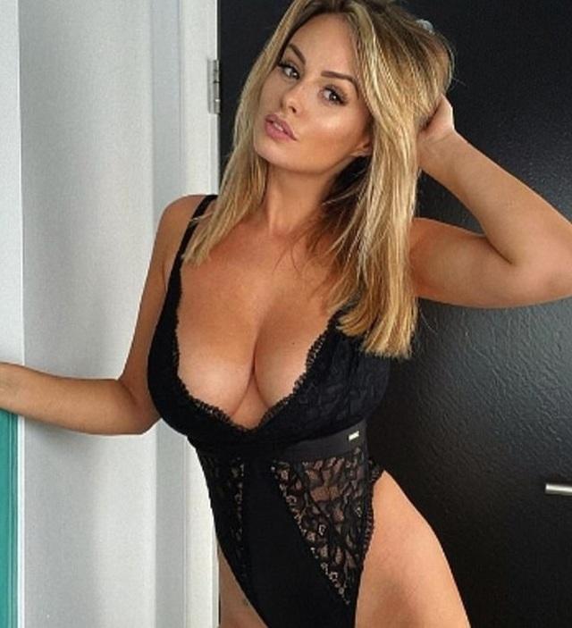 Người mẫu Rhian Sugden liên tục tung ảnh nóng - 1