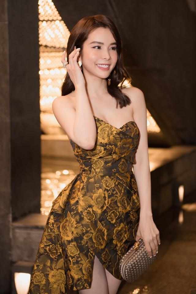 Hoa hậu Huỳnh Vy diện váy xẻ khoe chân dài - 2