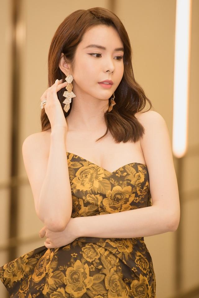 Hoa hậu Huỳnh Vy diện váy xẻ khoe chân dài - 5