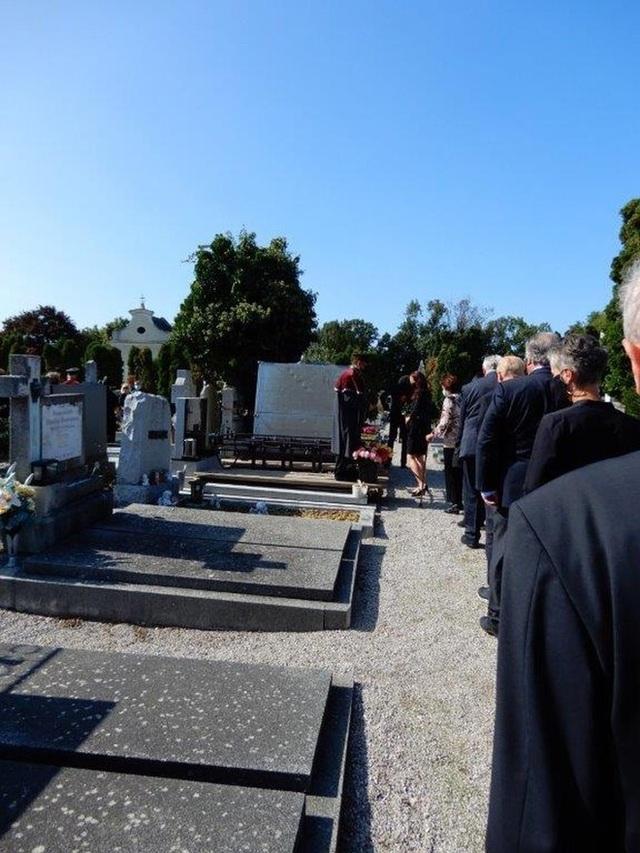 Nhiều quan chức tới dự tang lễ của cựu HLV Alfred Riedl - 6