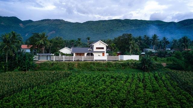 Ngôi nhà đẹp như resort con trai xây tặng bố mẹ giữa đồng quê ở Bình Định - 1