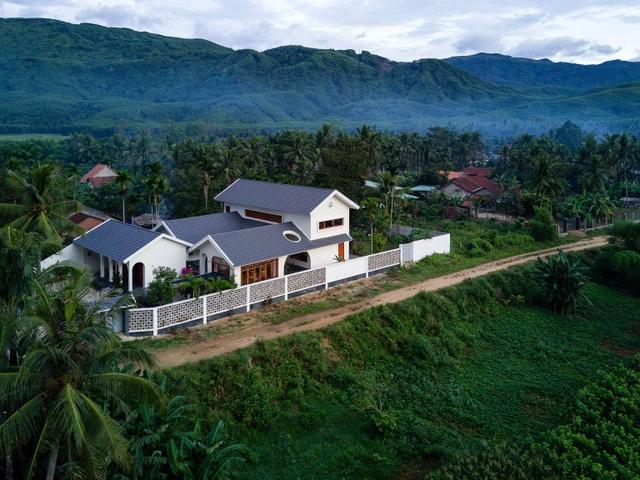Ngôi nhà đẹp như resort con trai xây tặng bố mẹ giữa đồng quê ở Bình Định - 2