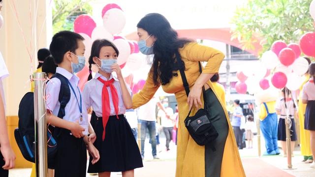 Bé lớp 1 ở Đà Nẵng ngày đầu đến trường trong năm học lịch sử - 4