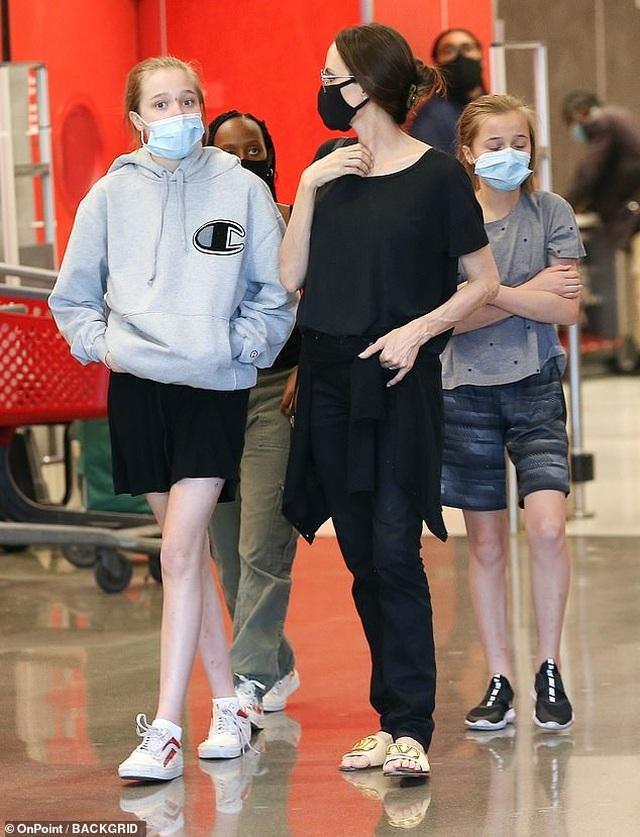 Cuối tuần, Angelina Jolie giản dị đưa con đi siêu thị - 2