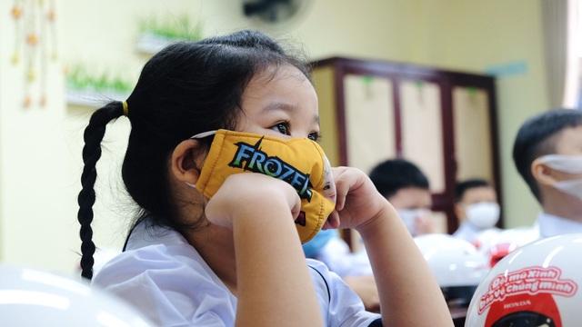 Bé lớp 1 ở Đà Nẵng ngày đầu đến trường trong năm học lịch sử - 6