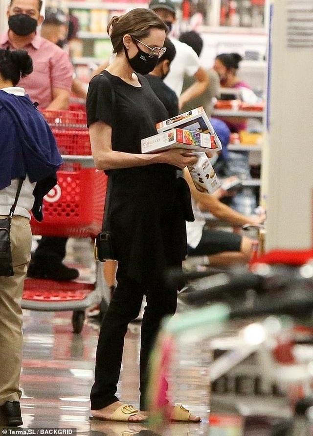 Cuối tuần, Angelina Jolie giản dị đưa con đi siêu thị - 4