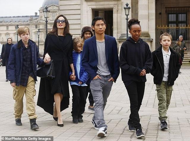 Cuối tuần, Angelina Jolie giản dị đưa con đi siêu thị - 7