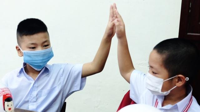 Bé lớp 1 ở Đà Nẵng ngày đầu đến trường trong năm học lịch sử - 8