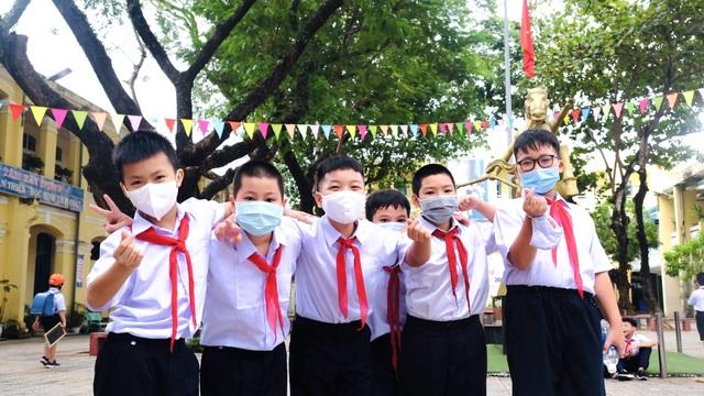 Bé lớp 1 ở Đà Nẵng ngày đầu đến trường trong năm học lịch sử - 2