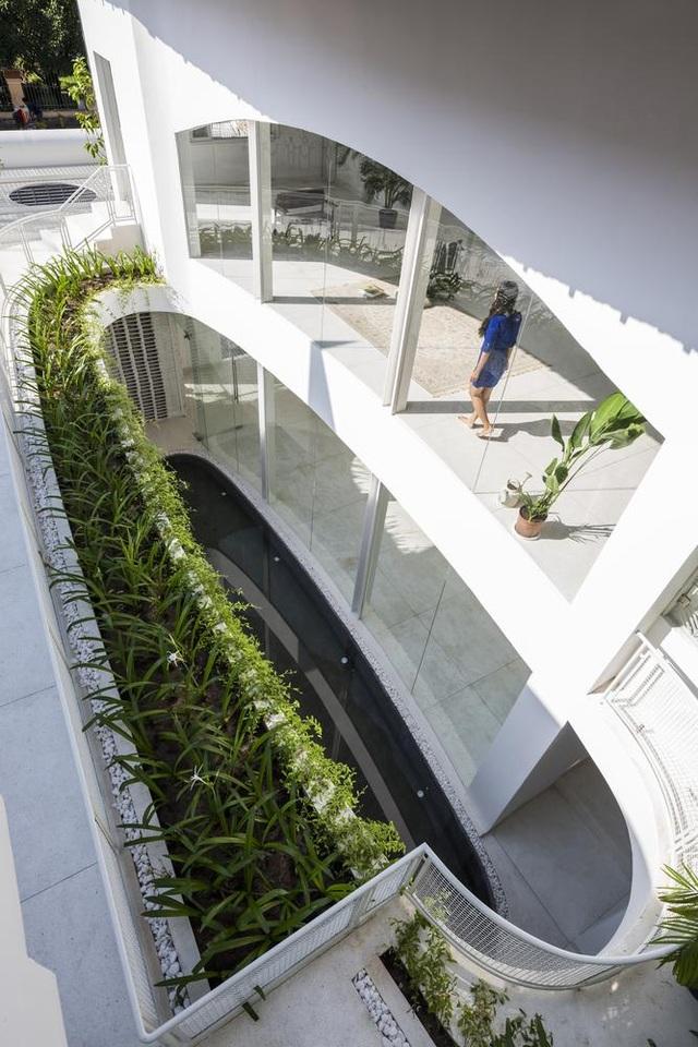 Giếng trời hình giọt nước khổng lồ trong căn biệt thự ở Sài Gòn - 5