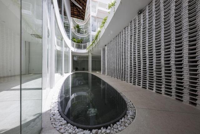 Giếng trời hình giọt nước khổng lồ trong căn biệt thự ở Sài Gòn - 9