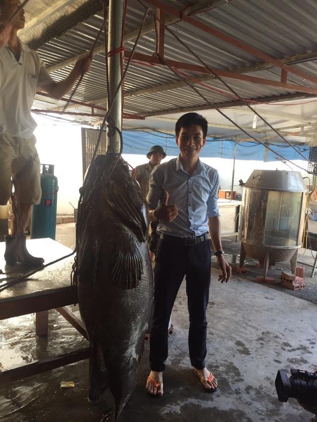 Nhà giàu Việt chi trăm triệu đồng mua cá song vang nặng cả tạ về... ăn gỏi - 1