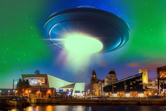Phát hiện đĩa bay phát sáng màu xanh, nghi người ngoài hành tinh đổ bộ tới Anh - 1