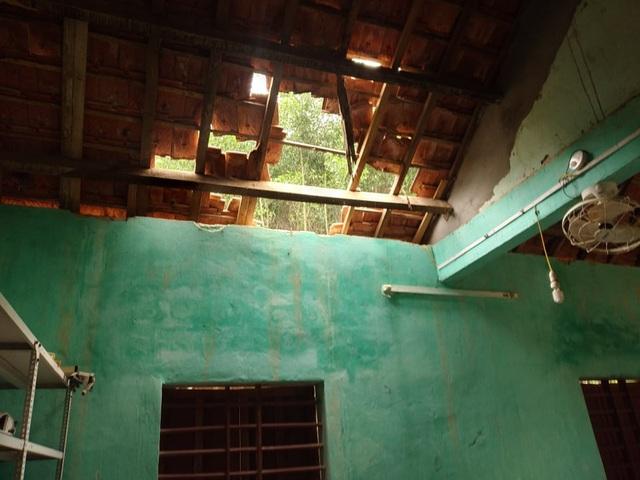 Vụ trường học sắp sập ở Nghệ An: Sau cơn bão, mái ngói bị sập hàng loạt - 2