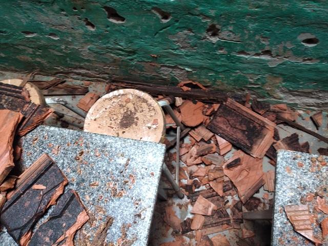 Vụ trường học sắp sập ở Nghệ An: Sau cơn bão, mái ngói bị sập hàng loạt - 4