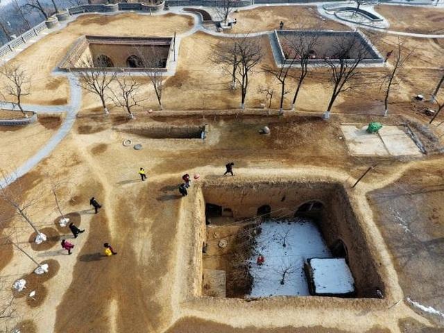 Tìm thấy bình cổ đựng rượu thuốc 2.000 năm tuổi trong ngôi mộ cổ - 4
