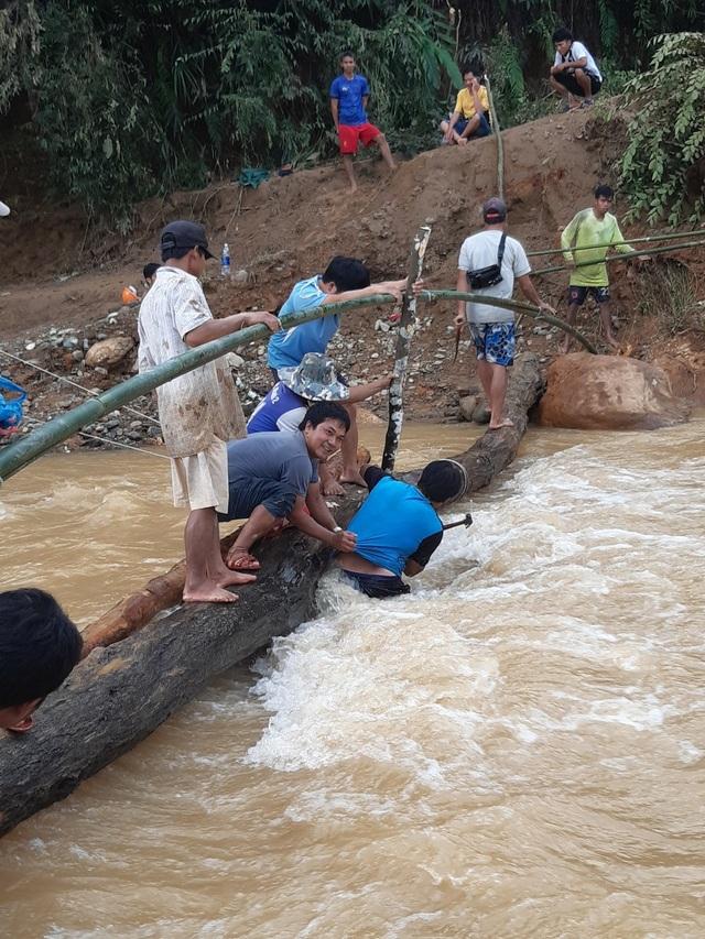 Quân và dân dồn sức dựng cầu tạm qua suối Abaanh để học sinh đến lớp - 2