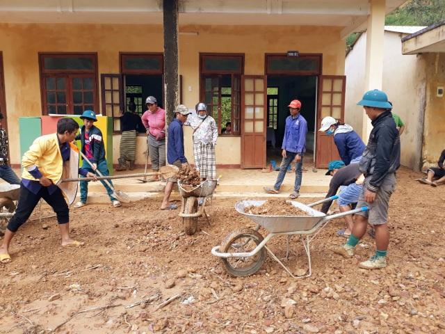 Quân và dân dồn sức dựng cầu tạm qua suối Abaanh để học sinh đến lớp - 4