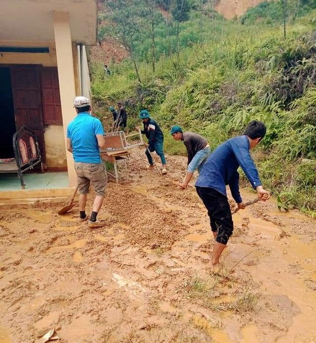 Quân và dân dồn sức dựng cầu tạm qua suối Abaanh để học sinh đến lớp - 5